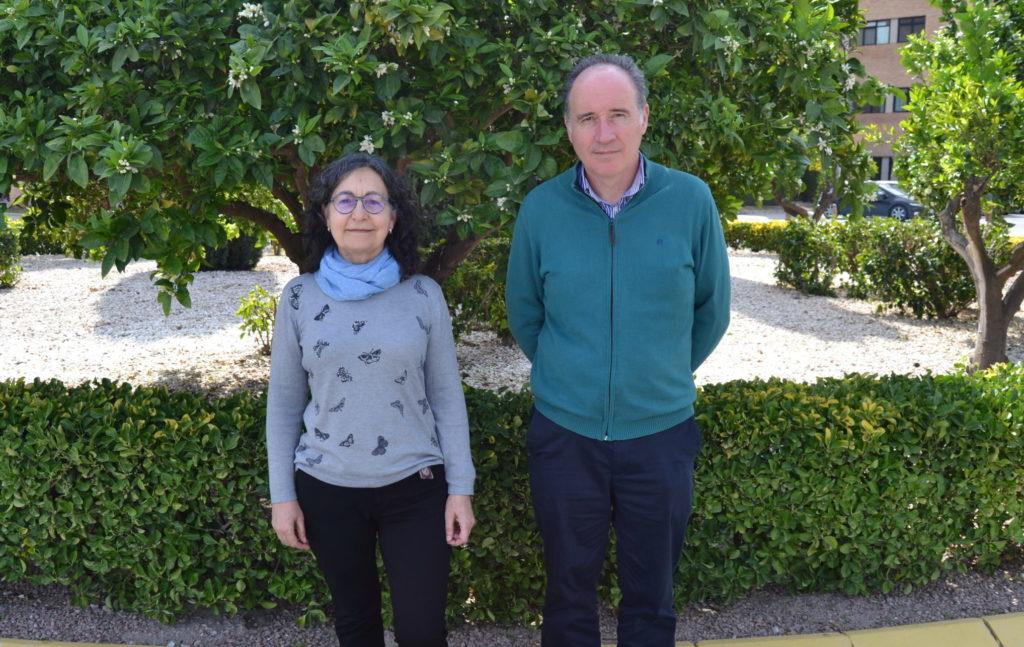 Los profesores Ana María Ortega y Pedro Guirao en los jardines de la EPSO.